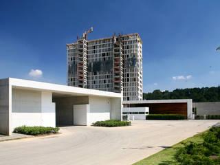 Cumbres de Santa Fé: Casas de estilo  por Serrano Monjaraz Arquitectos