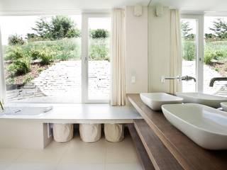 Minimalist bathroom by LOVE architecture and urbanism Minimalist