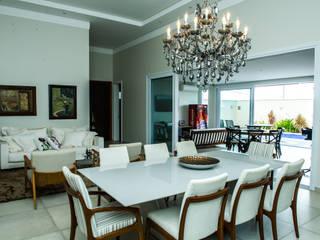 Residencia em Catanduva: Salas de jantar  por Celina Molinari Arquitetura e Interiores,