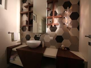 duelivelli: Bagno in stile in stile Moderno di Studio di Segni