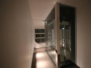duelivelli: Ingresso & Corridoio in stile  di Studio di Segni