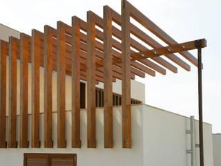 PERGOLA TERRAZA: Terrazas de estilo  de RIBA MASSANELL S.L.
