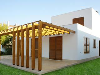 PERGOLA PATIO Puertas y ventanas de estilo moderno de RIBA MASSANELL S.L. Moderno Madera Acabado en madera