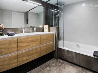 Vista frontal-lateral del baño: Baños de estilo  de Aram interiors