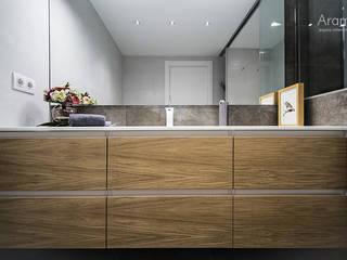 Mueble de baño en madera: Baños de estilo  de Aram interiors
