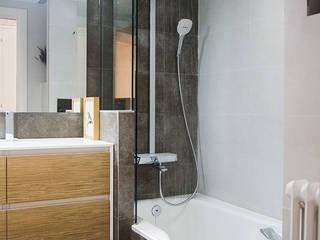 Detalle conjunto teleducha y bañera: Baños de estilo  de Aram interiors