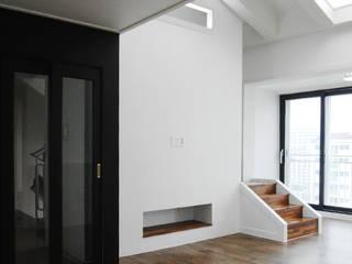 Modern Corridor, Hallway and Staircase by 로움 건축과 디자인 Modern
