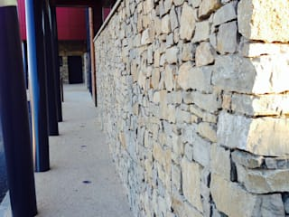 Habillage d'un bâtiment en pierre Ecoles modernes par BATIR AU NATUREL Moderne