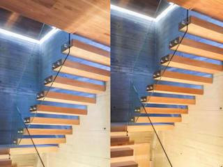 Floating treads and landings together with additional LED-lighting Pasillos, vestíbulos y escaleras modernos de Railing London Ltd Moderno