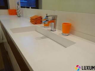 Nowoczesna łazienka z wyposażeniem sanitarnym na wymiar Nowoczesna łazienka od Luxum Nowoczesny