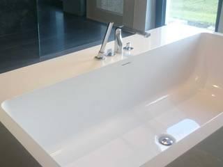 Wolnostojąca wanna z półkami Nowoczesna łazienka od Luxum Nowoczesny