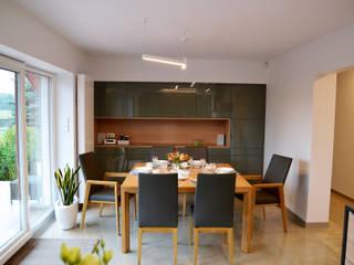Minimalistyczne wnętrze domu w Janowie Minimalistyczna jadalnia od Pracownia A Minimalistyczny