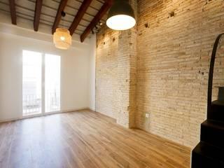 Viviendas Centro Histórico Valencia: Salones de estilo  de Singularq Architecture Lab