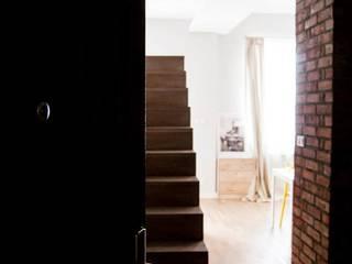APARTAMENT POD WYNAJEM, ul. Lwoska, Kraków Minimalistyczny korytarz, przedpokój i schody od enem.studio Minimalistyczny