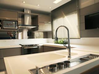 Suelen Kuss Arquitetura e Interiores Cocinas de estilo moderno Tablero DM Beige