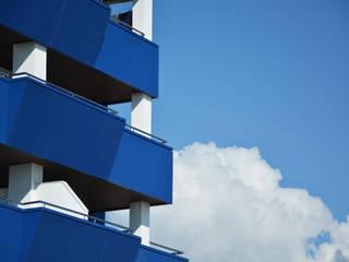 Edificio Torrelaguna Balcones y terrazas de estilo moderno de Domingo y Luque Arquitectura Moderno