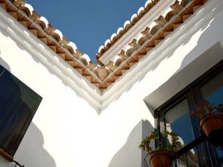 Mediterranean style balcony, veranda & terrace by Domingo y Luque Arquitectura Mediterranean Ceramic
