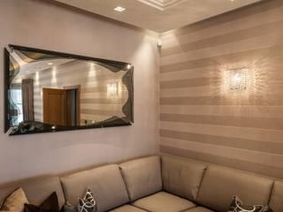 Linea W crystal wall sconces in a private residence Manooi Ruang Keluarga Klasik Transparent