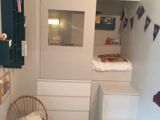 Lit cabane dans une micro chambre: Chambre d'enfant de style  par Laetitia Desmond