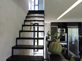 Escalera de metal y madera hacia dormitorio. Pasillos, vestíbulos y escaleras de estilo minimalista de jose m zamora ARQ Minimalista Hierro/Acero