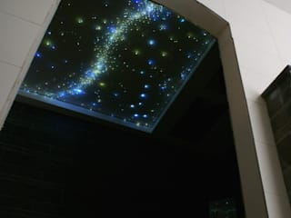 ​Fiber Optic Star Ceiling Lights for the bathroom, bedroom a realistic Starry Night Sky in the Sauna, Spa, wellness resort center. MyCosmos Moderne badkamers Hout Wit