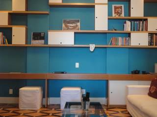 APARTAMENTO NA AV. ATLÂNTICA: Salas multimídia  por Maria Helena Torres Arquitetura e Design