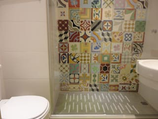 APARTAMENTO EM COPACABANA - CORTE DE CANTAGALO: Banheiros  por Maria Helena Torres Arquitetura e Design,Moderno