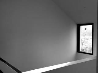 Minimalist corridor, hallway & stairs by officine TNT Architecture Minimalist