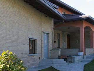 VIA DELL'USIGNOLO: Case in stile  di Arch. Paolo E. Bertolotti