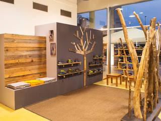 kamp 3000 negozio di outdoor a Reggio Emilia: Negozi & Locali commerciali in stile  di chiara gandolfi architetto, Eclettico