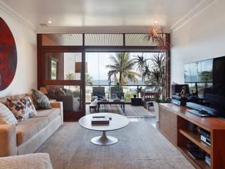 Apartamento Sernambetiba: Salas de estar  por Laura Boechat Arquitetura