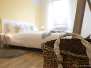 Apartment K01 Holzer & Friedrich GbR Schlafzimmer im Landhausstil