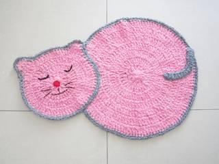 Tapis au crochet, tapis chat rose et gris, tapis pour chambre de fille, tapis décorative:  de style  par SONIA MAGALHAES