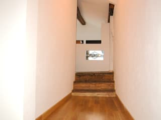 Corridor & hallway by LEANDRO ASSOCIATI Architettura & Ingegneria - Venezia, Modern