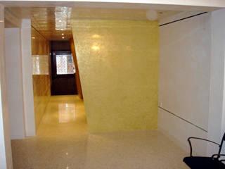 casa B Venezia: Ingresso & Corridoio in stile  di LEANDRO ASSOCIATI Architettura & Ingegneria - Venezia