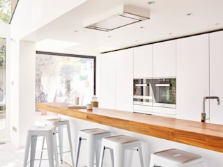 Bright light & white Holloways of Ludlow Bespoke Kitchens & Cabinetry Cozinhas minimalistas Madeira Branco