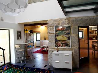 O eido da revolta_Vivienda Unifamiliar Salas multimedia de estilo moderno de MAGA - Diseño de Interiores Moderno