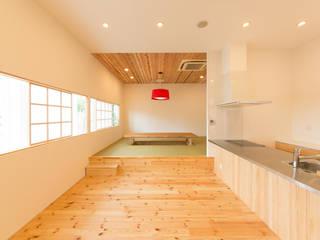 ショールーム兼事務所: 伊田直樹建築設計事務所が手掛けたダイニングです。