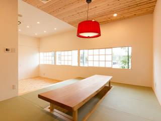 ショールーム兼事務所: 伊田直樹建築設計事務所が手掛けたリビングです。