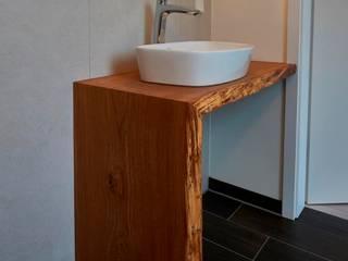 Waschtisch Eiche mit Baumkante:   von ARTfischer Die Möbelmanufaktur.