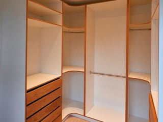 Kleiderschrank begehbar: moderne Ankleidezimmer von ARTfischer Die Möbelmanufaktur.