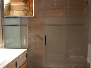 Cambia tu bañera por un plato de ducha:  de estilo  de Grupo Construktiva