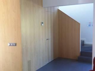 Modern Corridor, Hallway and Staircase by APRIS GESTIÓ TÈNICA DE SERVEIS, SL Modern