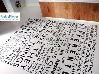 Posadzka dekoracyjna z napisem Nowoczesna łazienka od FotoFloor Nowoczesny