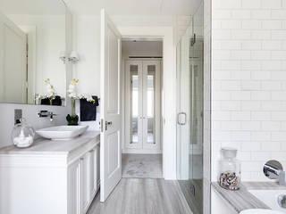 Mother of Pearl Mosaics at Laurel Grove ShellShock Designs Salle de bain moderne Tuiles Blanc