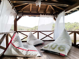 Balconies, verandas & terraces  by Mas Natural Design