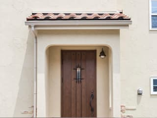 ジャストの家 Mediterranean style windows & doors Brown
