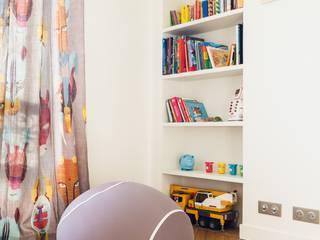 Coin lecture enfant: Chambre d'enfant de style  par Carnets Libellule