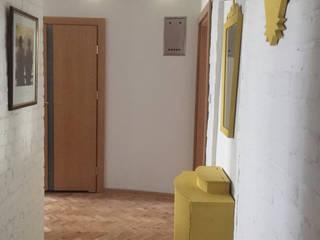 Mieszkanie w bloku z lat 50 Industrialny korytarz, przedpokój i schody od QCA Industrialny