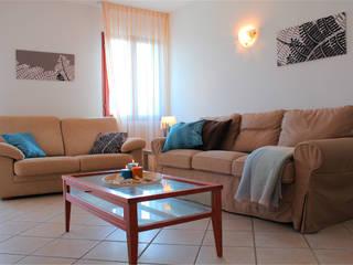 Villetta nell'isola di Pellestrina con obiettivo affitto estivo: Soggiorno in stile  di Before & After,